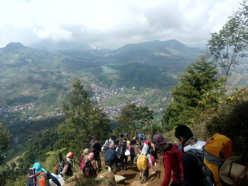 Suasana saat menuruni gunung Prau