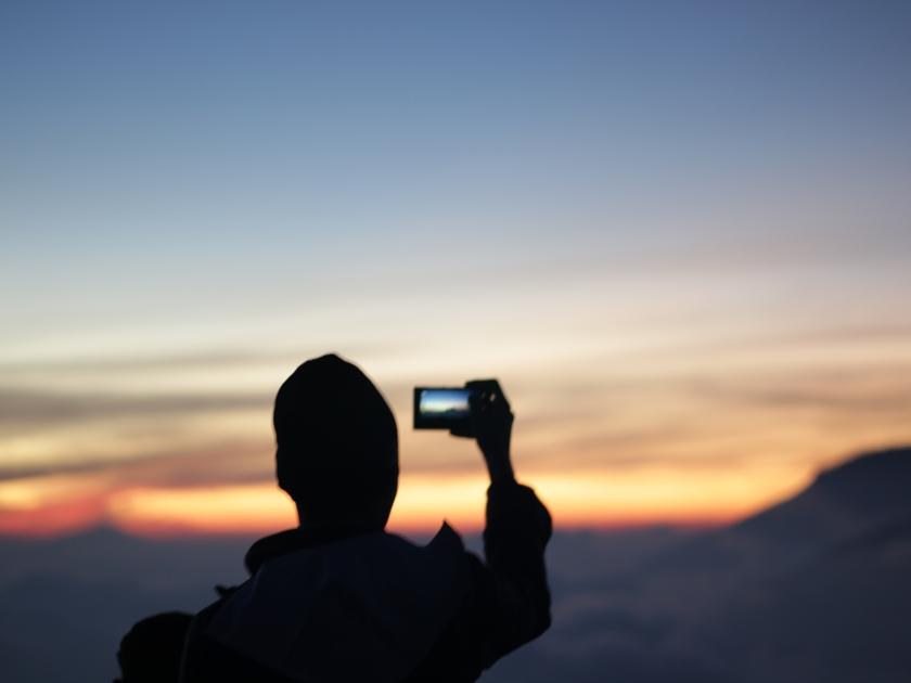 Sunrise di Puncak Prau yang tengah diabadikan