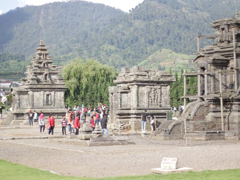 Candi Arjuna yang ramai pengunjung